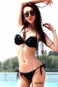 泳池边性感黑色比基尼美女写真