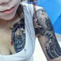 非主流美女肩部魔鬼纹身图案