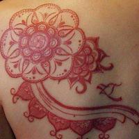 女人肩背流行经典红色藤蔓图腾纹身图片