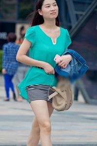 街拍横纹短裙性感裸腿美女