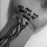 欧美男人黑白创意藤蔓英文手臂纹身