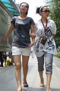 上海街拍牛仔裤美女