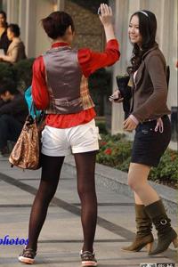 武汉汉正街街拍两个黑丝女孩逛街