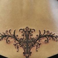 美女腰部漂亮十字架藤蔓纹身图片