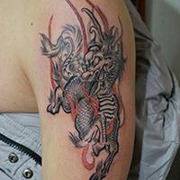 男子经典另类手臂火麒麟纹身图案