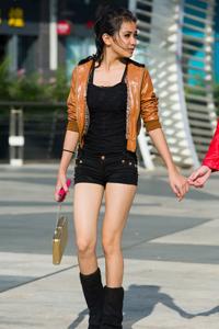 街拍短裤皮衣漂亮长腿美女