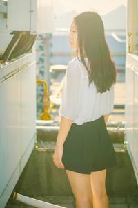 素颜清纯校花夕阳中背影图片