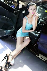 短裙靓丽车模高跟鞋长腿图片