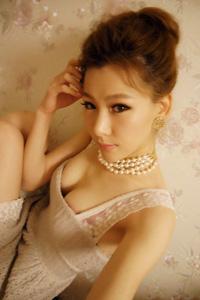 美胸中国模特洪紫婷低胸裙诱人自拍