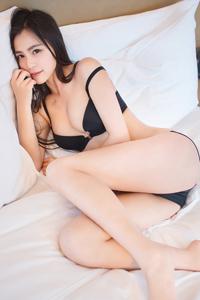 [秀人网]性感尤物moa小姐黑色内衣妩媚床照