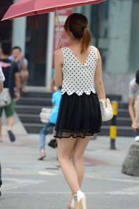 街拍黑色短裙美丽女孩背影