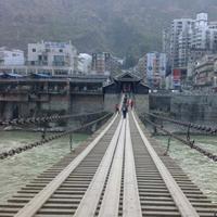 粗朴大气的独立铁索桥图片