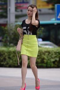 街拍红色高跟鞋超短裙长腿美眉