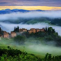 清晨意境绿色树木深山云雾图片