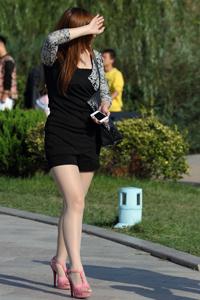 丝袜高跟热裤美女公园街拍摄影