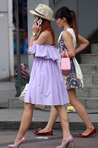 讲电话的高跟鞋女孩性感长腿街拍