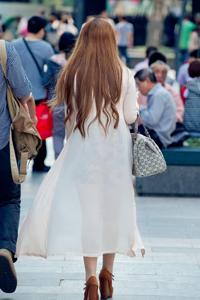 长发性感热裤美眉街头摄影