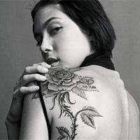肩部美女背纹身好看花朵图案