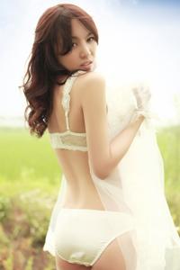 白色内衣妹子外景写真娇媚白嫩如花