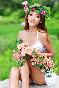 户外长发美女写真手捧花环如清纯女神