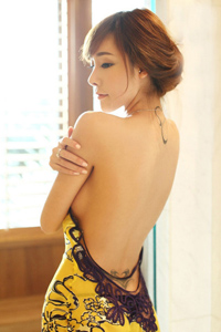 美腿女神露背裙妩媚性感写真