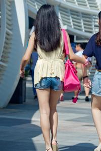 长发牛仔裤美女夏日清凉着装露性感美腿