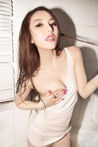 大尺度性感熟女浴室激情诱惑照