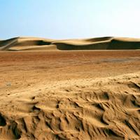 荒无人烟的干涸沙漠风暴图片