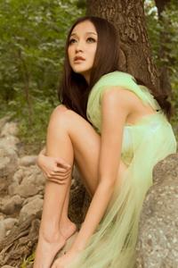 90后长发性感女孩薄纱缠身妩媚美腿户外写真