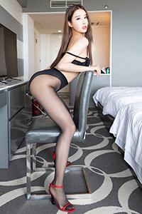 冷艳女神美腿翘臀情趣黑丝袜写真