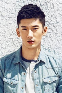 齐刘海帅气男生发型图片