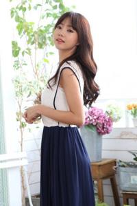 韩国女明星朴信惠中分烫发发型